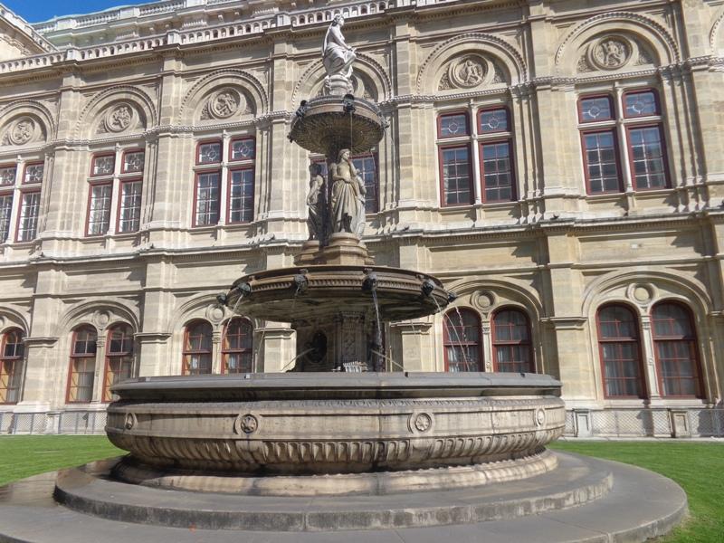 Brunnen vor Wiener Oper