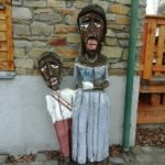 Holzfiguren bei der Wienerwaldschule