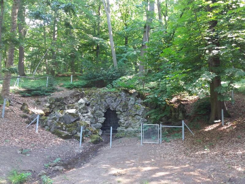 [Bild: Grotte-im-P%C3%B6tzleinsdorfer-Schlosspark.jpg]
